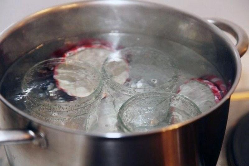 Стерилизация банки в кастрюле с водой